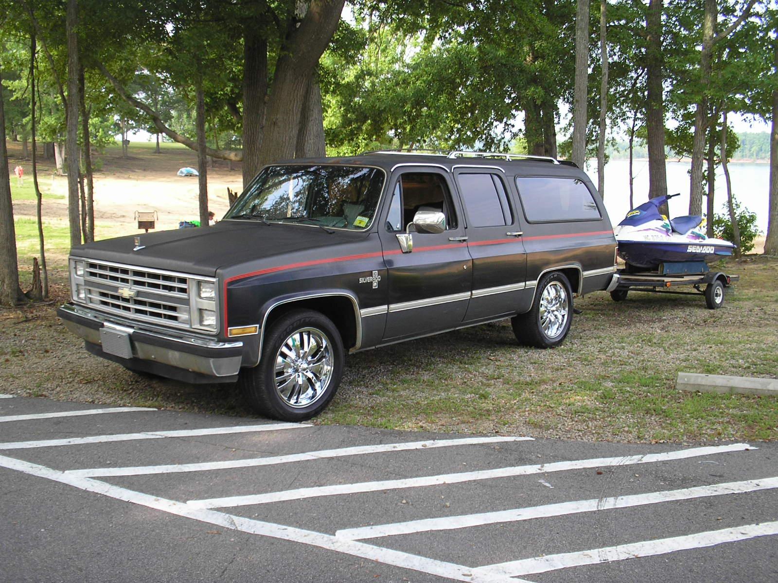 Chevrolet Suburban 1982 foto - 2