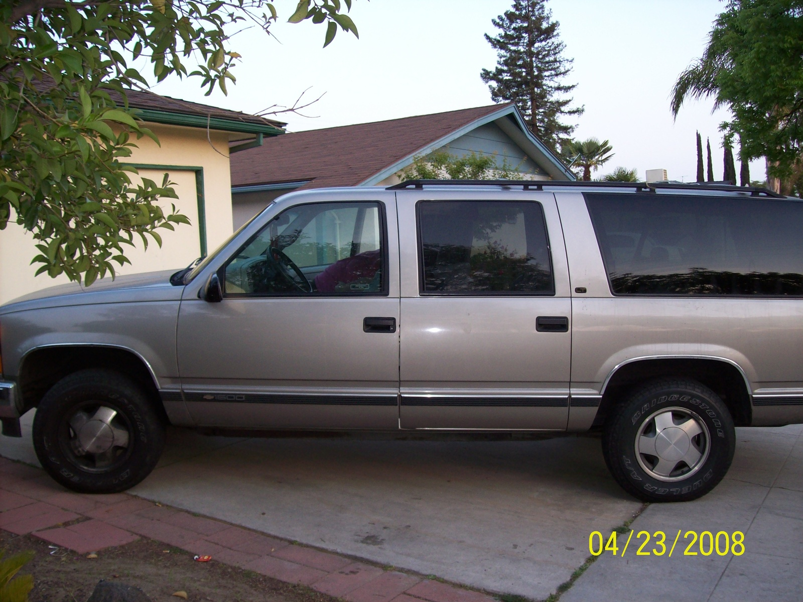 Chevrolet Suburban 1998 foto - 2